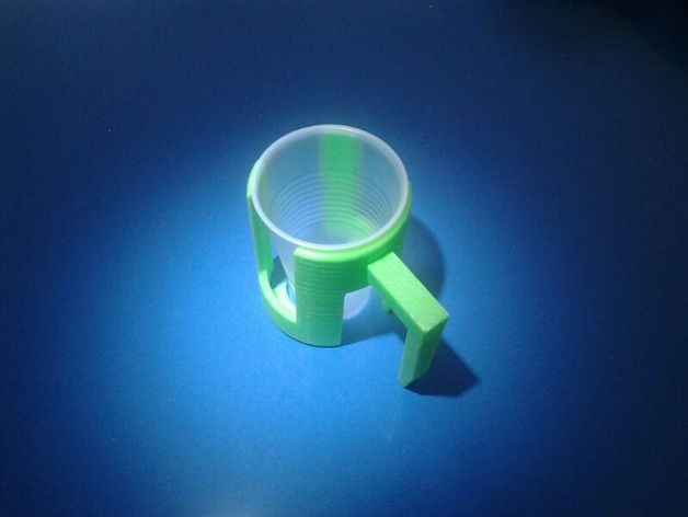 Assistive device for using disposable drinking cups